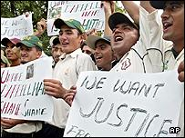 Pakistani cricket players protest against umpire Darrel Hair