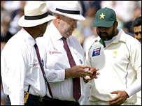 Darrell Hair,  Billy Doctrove and Inzamam-ul-Haq examine the ball at hand