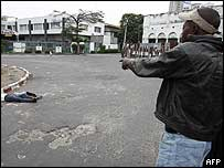 Man looking at dead body in Kinshasa