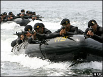 South Korean special warfare command's soldiers, weapons at the ready, ride on inflatable boats during a sea infiltration drill in Taean, west of Seoul, 17 Aug 2006.