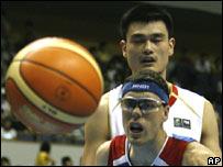 Yao Ming, al fondo, y Daniel Santiago.