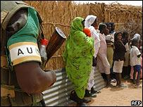 Soldado de la Unión Africana vigila
