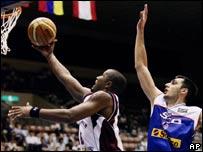 Ernesto Mijares anota frente a Serbia