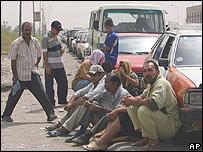Iraquíes a un lado del camino.