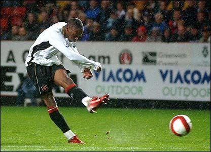 Louis Saha doubles Manchester United's lead