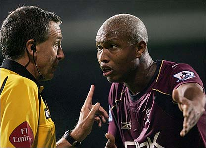 El-Hadji Diouf complains to the referee