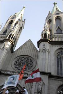 Bandera libanesa y foto de l�der de Hezbol� frente a catedral brasile�a