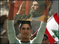 Joven levanta foto del l�der de Hezbol�, Hassan Nasrallah