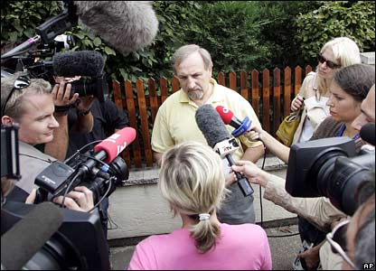 Police spokesman talks to media in front of the house in Strasshof where Natascha Kampusch was allegedly held
