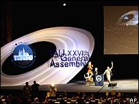 Miembros de la Unión Astronómica Internacional, en Praga, votan por la definición de lo que constituye un planeta. (24 de agosto)