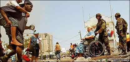 Soldados y voluntarios ayudan a damnificados de Katrina