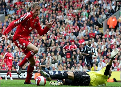 Peter Crouch rounds West Ham keeper Roy Carroll to put Liverpool 2-1 in front