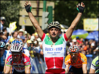 Paolo Bettini celebrates his Tour of Spain stage win