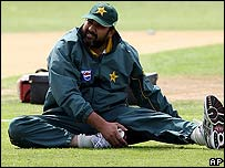 Inzamam-ul-Haq warms up at Bristol