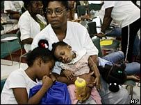 Familia en un centro de acogida en Houston