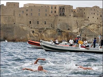 В заливе Неаполя прошел чемпионат мира на дистанции 5 км. Быстрее всех это расстояние преодолел пловец из Германии Томас Лурц