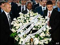 Kofi Annan lays wreath to dead UN peacekeepers at Naquora, southern Lebanon