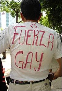 Hombre con una camiseta que dice: fuerza gay