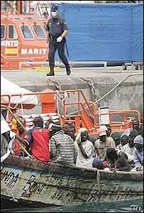 Un cayuco con inmigrantes africanos frente a la costa canaria.