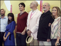 Left to right: Aaron Eckhart, Mia Kirshner, Josh Hartnett, James Ellroy, Brian DePalma and Scarlett Johansson