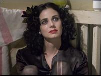 Mia Kirshner en el papel de la Dalia Negra.