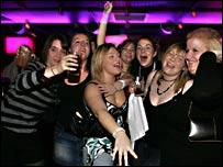 Подруги веселятся в ночном клубе