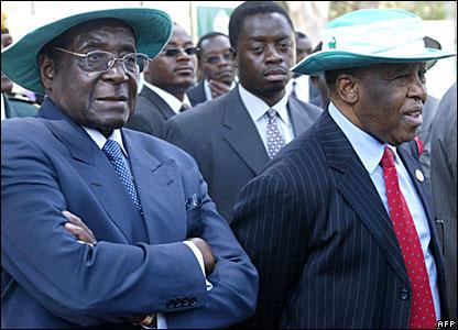 Zimbabwe's President Robert Mugabe (l) and Botswana's leader Festus Mogae
