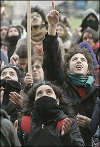 Manifestantes protestando frente a la casa del ex dictador uruguayo, Gregorio Álvarez