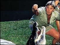 Steve Irwin frente a un cocodrilo