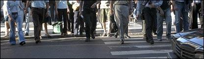 Personas cruzando la calle en Buenos Aires