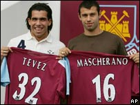 Carlos Tévez (izq) y Javier Mascherano.