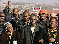 Президент Мбеки отдает дань памяти участникам восстания в Соуэто в 1976 году