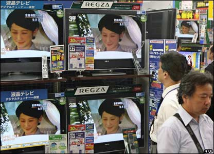 Passers-by watch reports of the birth on several televisions in a Tokyo showroom