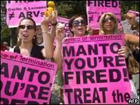 Activistas protestan frente a la Embajada de Sudáfrica en Washington