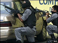 Mexican federal police in raid on drugs gang. File photo