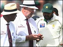 Umpires Doctrove and Hair and Inzamam-ul-Haq