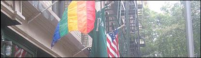 Banderas adornan a un bar gay en Nueva York
