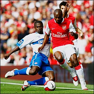 Arsenal's William Gallas under pressure from George Boateng