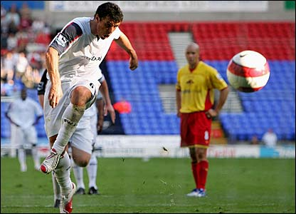 Gary Speed scores from the spot for Bolton