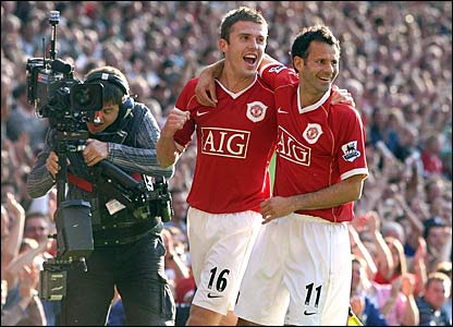 Michael Carrick and Ryan Giggs celebrate Giggs' winner at Old Trafford