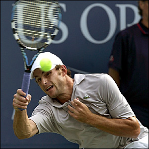 Andy Roddick in action against Mikhail Youzhny