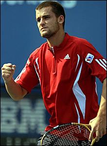 Mikhail Youzhny wins the opening set against Andy Roddick