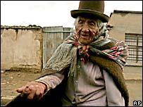 Una mujer pobre en Bolivia pide limosna