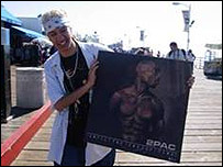Simon in LA with a Tupac poster