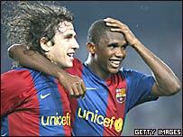 Carles Puyol y Samuel Eto'o