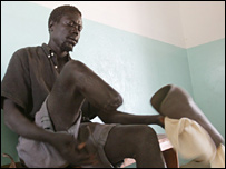 Man in Sudan fits prosthetic limb (archive photo)
