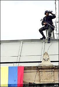 Un soldado busca algo en el horizonte
