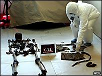 Un forense señala los restos de Carlos Castaño