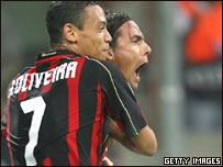 Filippo Inzaghi festeja su gol con Ricardo Oliveira.