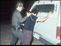 Agente de la patrulla fronteriza de EE.UU. detiene a inmigrante indocumentado en California